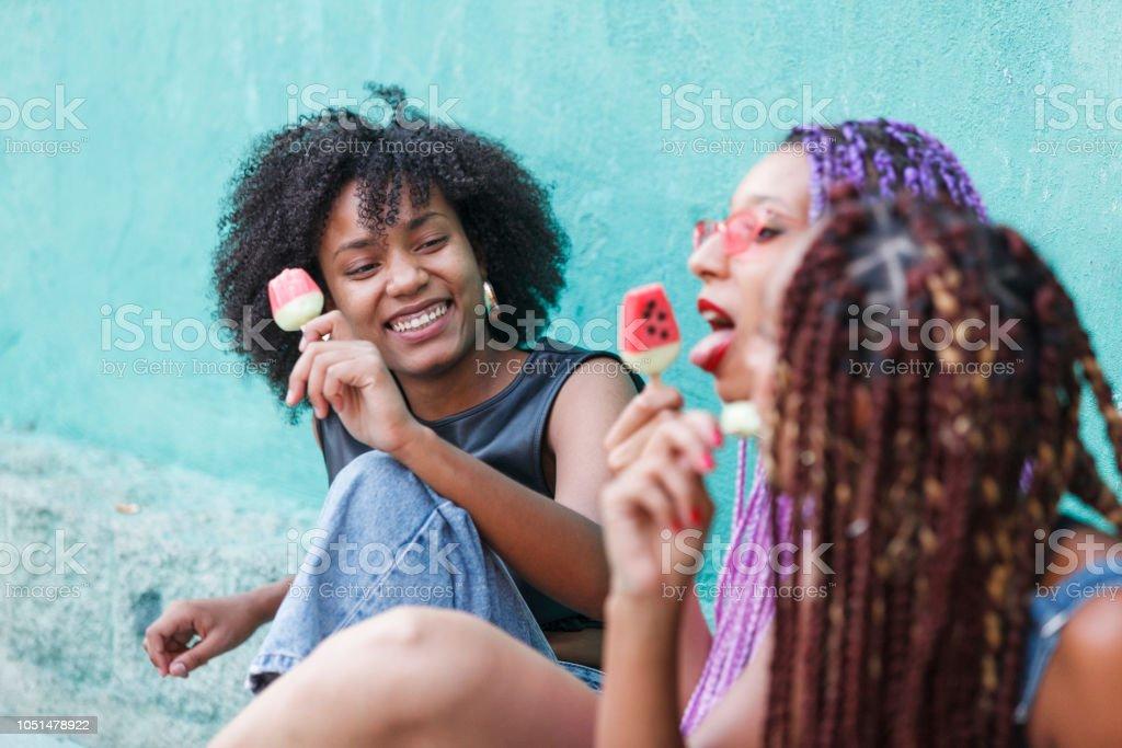 Frauen Die Eis Essen Stockfoto und mehr Bilder von Afro ...