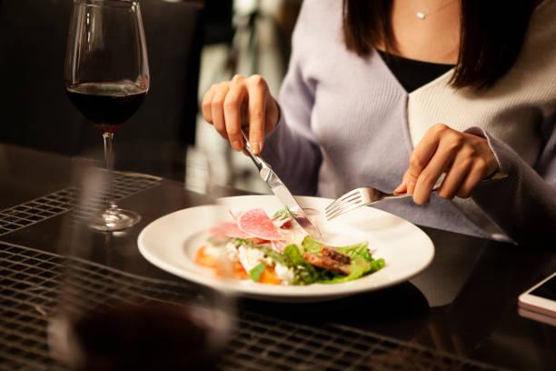 en kvinnor äta italiensk mat - bordsskick bildbanksfoton och bilder