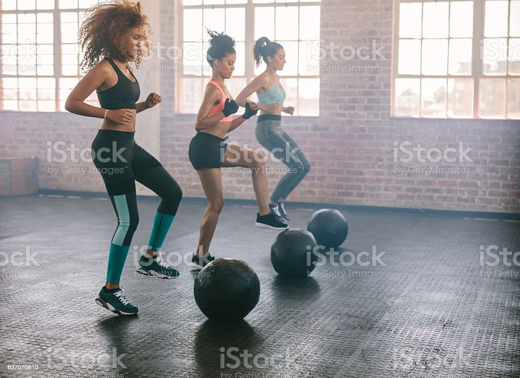 Women exercising in aerobics class - foto de acervo