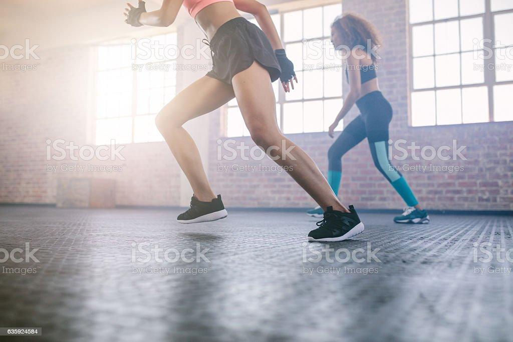 Women exercising in healthclub - foto de stock