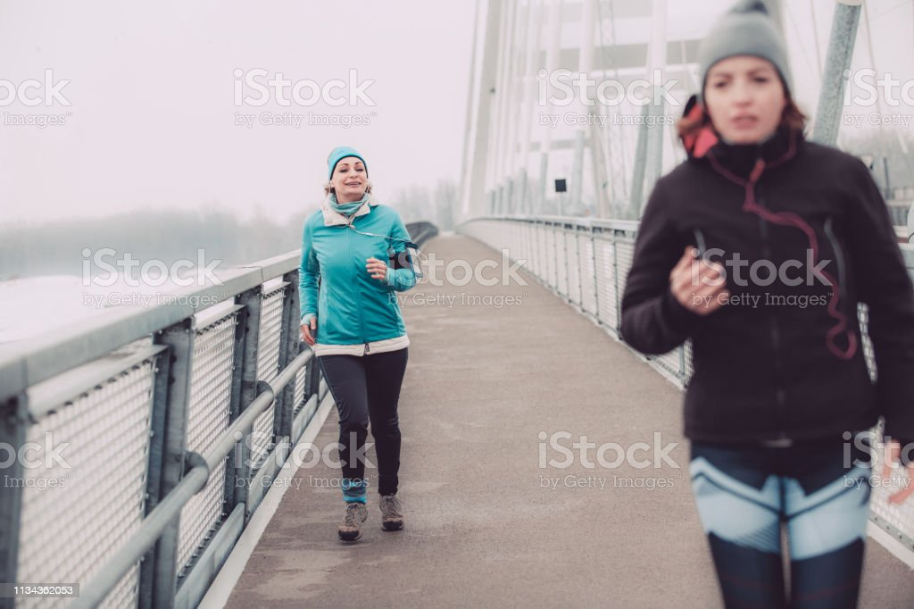 Frauen trainieren an einem kalten Tag im Freien – Foto