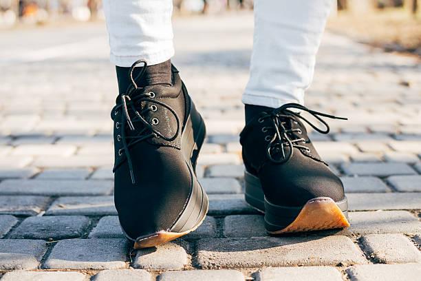 女性の足に、ブラックの靴で歩道 - ビジネスカジュアルファッション ストックフォトと画像