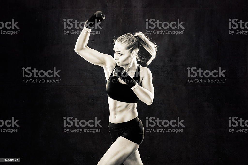 Mulheres Lutador em posição de desconto em preto e branco - foto de acervo