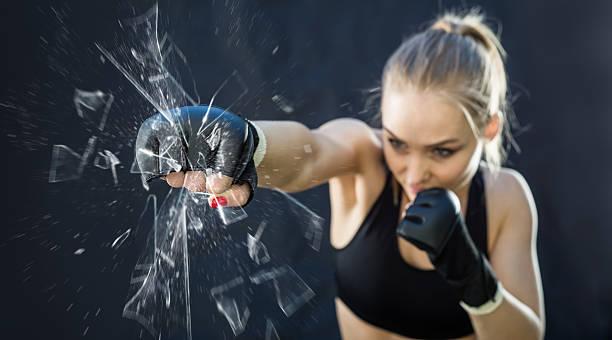frau kämpfer stanzen nahaufnahme glas zerschlagenden - bester nagellack stock-fotos und bilder