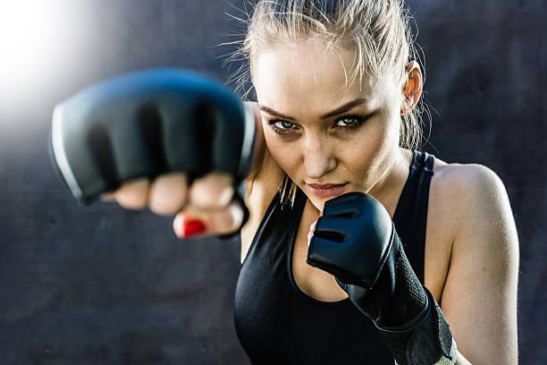 frau kämpfer punching nahaufnahme - bester nagellack stock-fotos und bilder