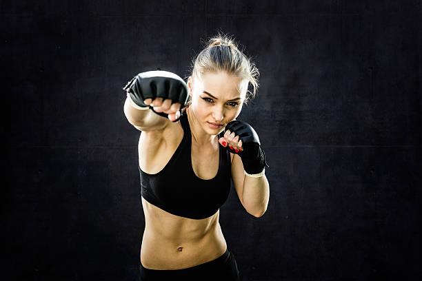 Gros plan de frappe femme Pratiquant de combat libre - Photo