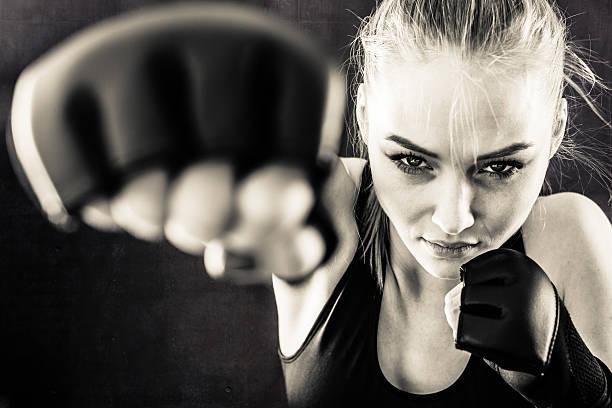 frau kämpfer punching in schwarz und weiß - bester nagellack stock-fotos und bilder