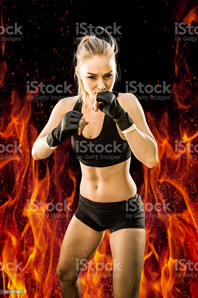 Mulheres Lutador dando um soco com fogo fundo - foto de acervo