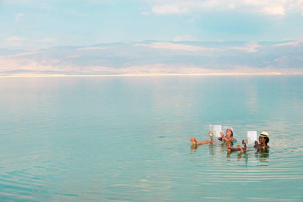 kobiety pływające w morze martwe. - morze martwe zdjęcia i obrazy z banku zdjęć