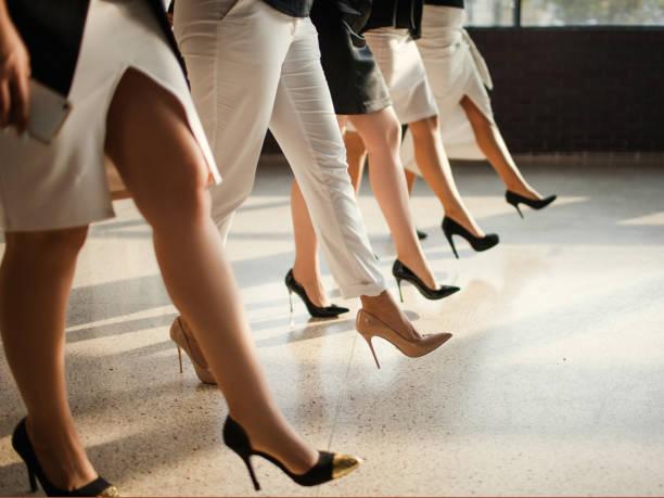 Frauen zwingen selbstbewusst Rechtekonzept – Foto