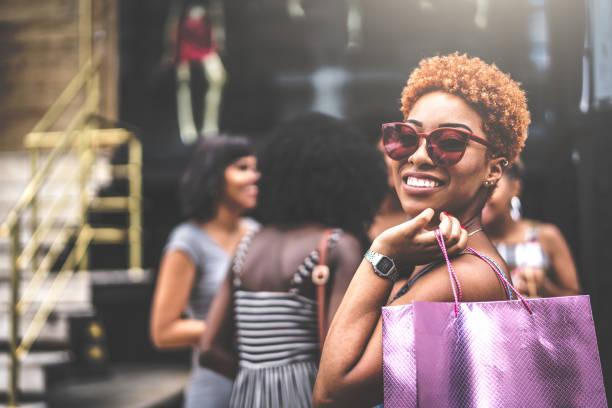 amis de femmes sont si heureux après le shopping - mode hipster photos et images de collection