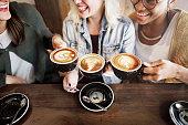 女性の友人のコーヒータイムのコンセプトのお楽しみ