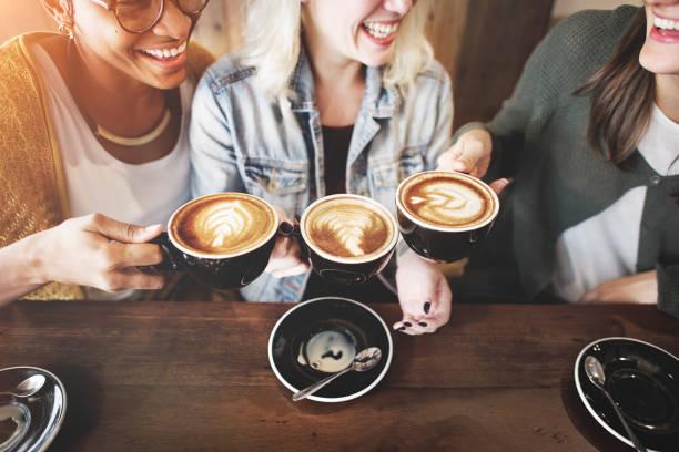 frauen freunde spaß kaffee zeit konzept - coffee shop stock-fotos und bilder