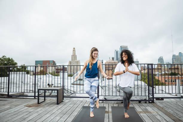 exercício de amigos de mulheres em nova york no último piso - body positive - fotografias e filmes do acervo