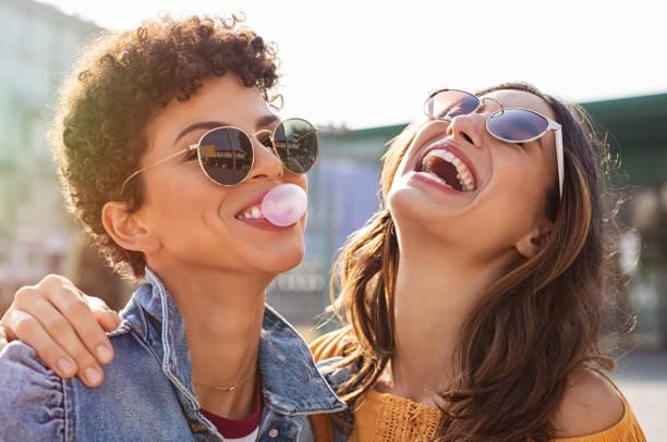 kobiety przyjaciele zabawy razem - przyjaźń zdjęcia i obrazy z banku zdjęć