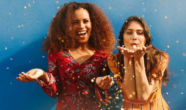 amigas se divertindo com brilhos - lifestyle color background - fotografias e filmes do acervo