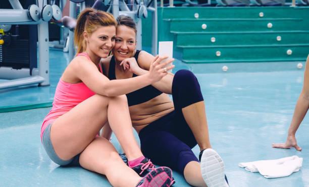 vrienden van de vrouwen nemen een selfie met de smartphone - call center stockfoto's en -beelden