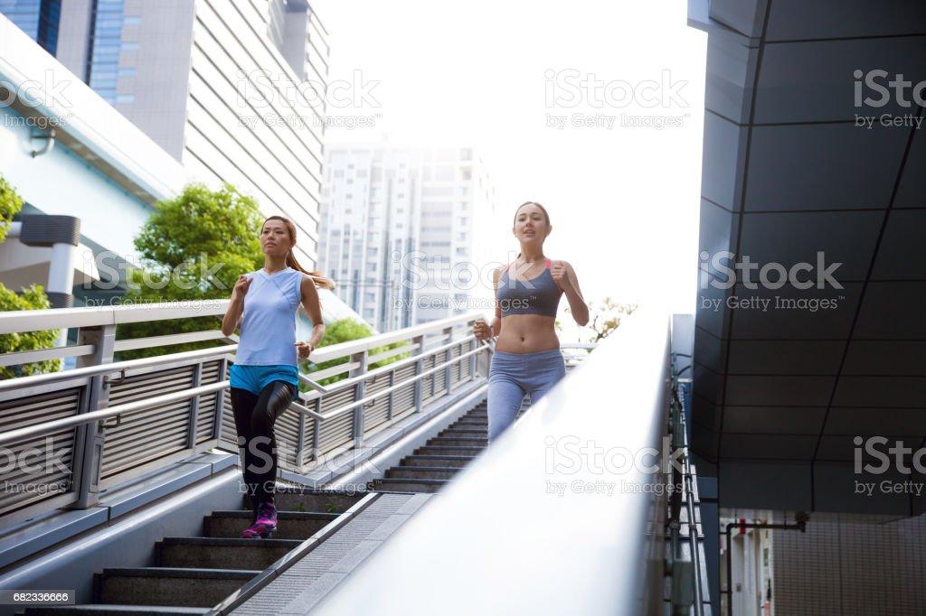 Las mujeres ponerse en forma toma ejecutar afterwork en Tokio - foto de stock