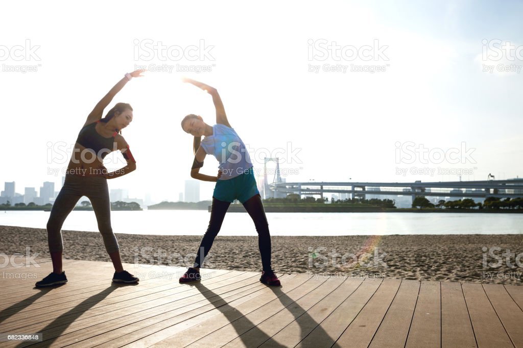 Women getting fit taking run afterwork in Tokyo foto stock royalty-free