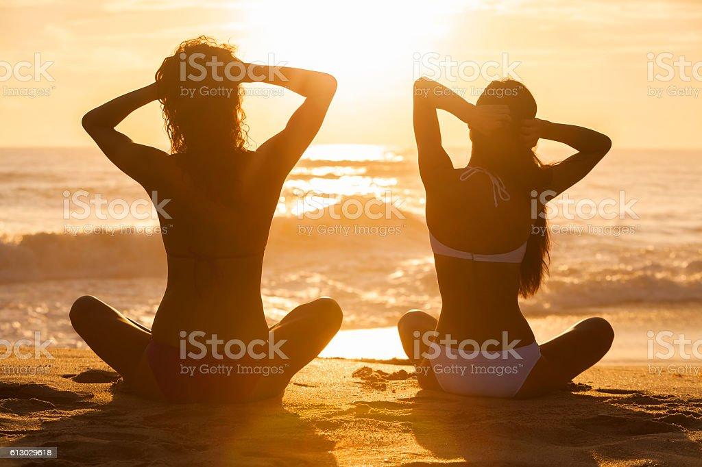Mujeres Atardecer Sol Playa Al De Salida Del Chicas Bikini Estar OZPukXi