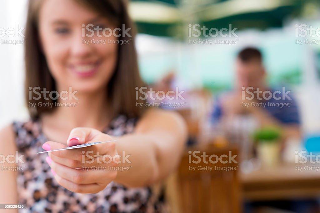 Mulheres dando cartão de crédito - foto de acervo