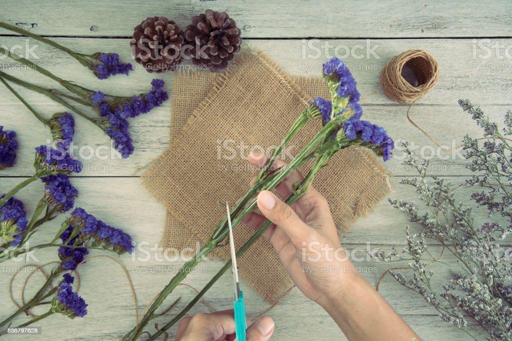 Frauen-Hand mit Schere Schnittblume. Konzept-Handwerk im Shop. – Foto