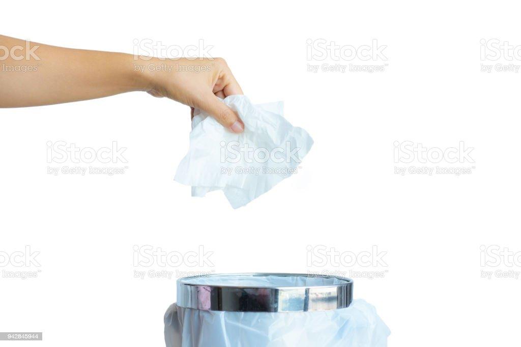 Mano de las mujeres lanzando papel de seda blanco un cubo de basura aislar sobre fondo blanco. - foto de stock