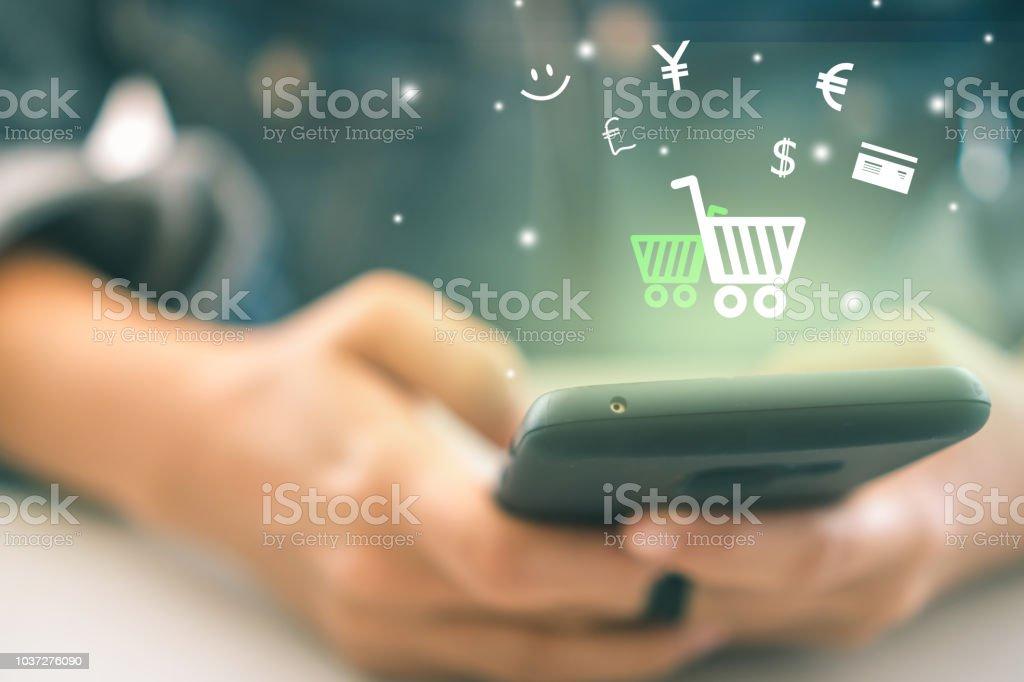 3f22377ce7fe6a Frauen-Hand mit Smartphone tun Online-Verkauf, für Leute, die Online-