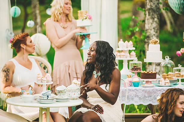 Donna avendo una festa in giardino con tavolo da dessert - foto stock