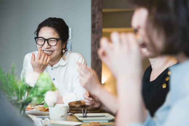 家で昼食を持っている女性 - 談笑する ストックフォトと画像