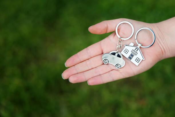 그녀의 차 및 홈 키를 들고 여자 - home 뉴스 사진 이미지
