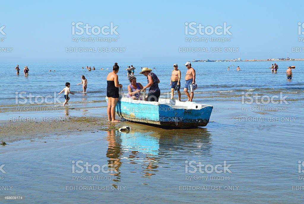 frauen in fischerboot am strand von durr s albanien stock fotografie und mehr bilder von 2015. Black Bedroom Furniture Sets. Home Design Ideas