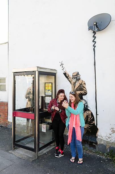 Donna davanti a un possibile Banksy opere d'arte, Cheltenham - foto stock