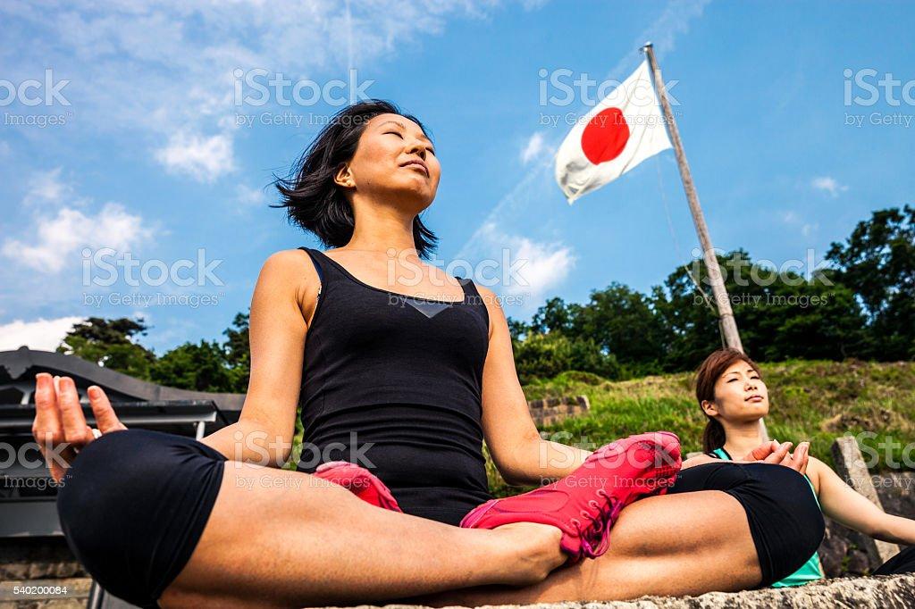 Mulheres em meditação, fazendo Ioga no Japão - foto de acervo