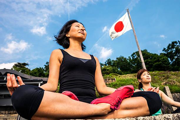 Las mujeres en la meditación de atención plena, haciendo Yoga en Japón - foto de stock