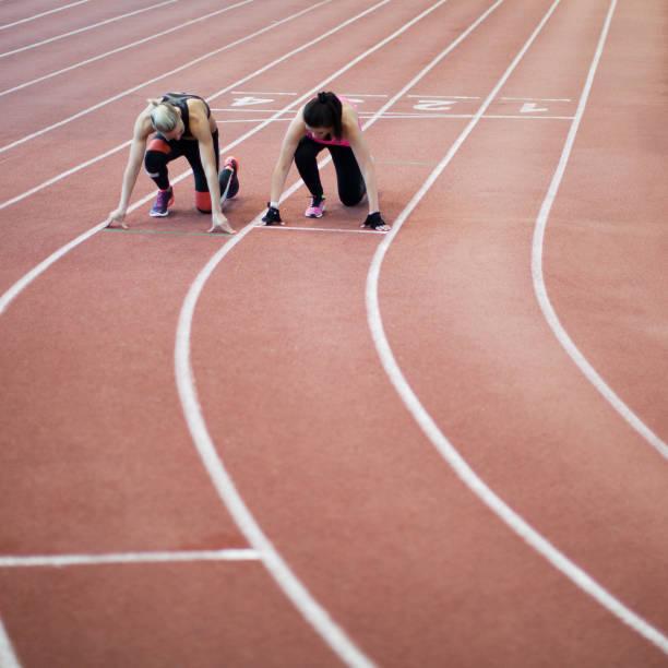 women in sport - corsa su pista femminile foto e immagini stock