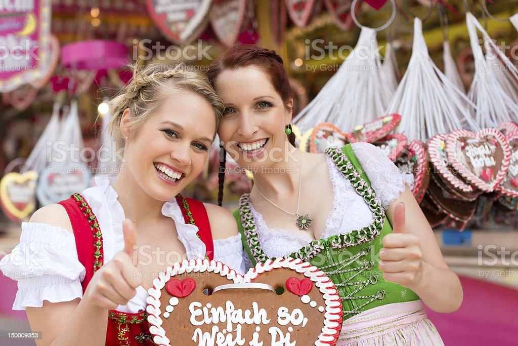 Frauen in Kleidung oder traditionellen bayerischen dirndl auf festival – Foto