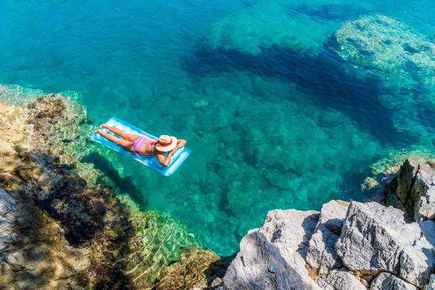 여자는 해저에 일광욕. - 무글라 주 뉴스 사진 이미지