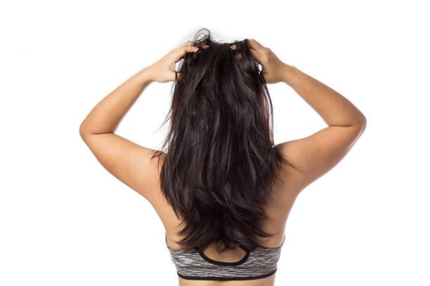 frauen, die juckende kopfhaut jucken isoliert sein haar auf weiss - trockene kopfhaut was tun stock-fotos und bilder