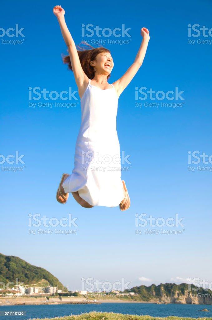 婦女跳上海岸 免版稅 stock photo