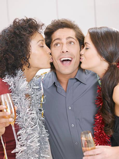 frauen küssen mann in christmas party - jamaikanische party stock-fotos und bilder