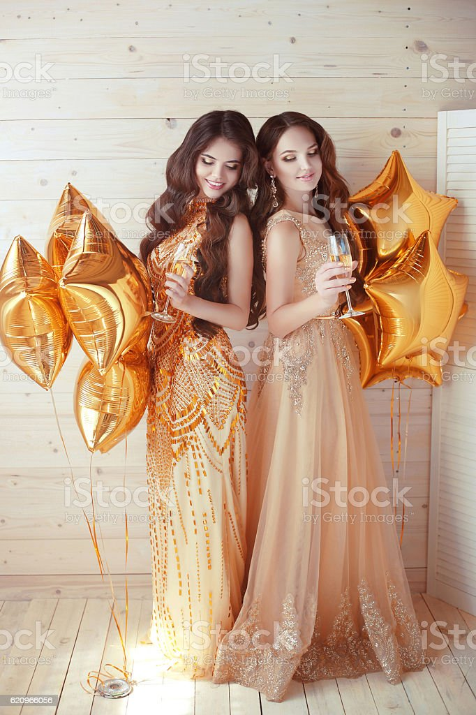 Women. Ladies. Cheerful girls clinking glasses of champagne - foto de stock