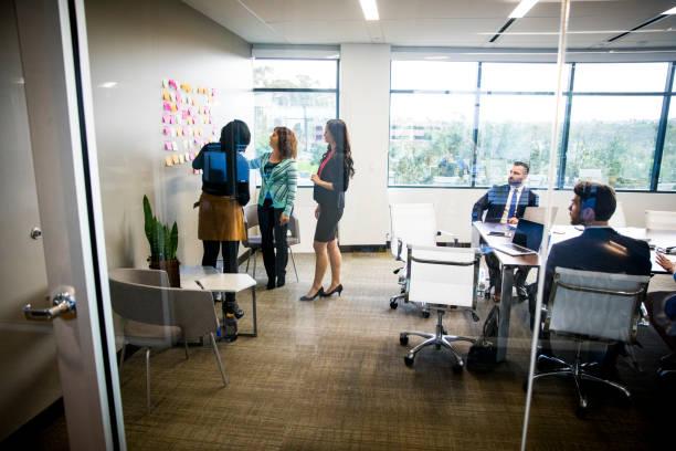 femmes menant à la réunion - léger photos et images de collection