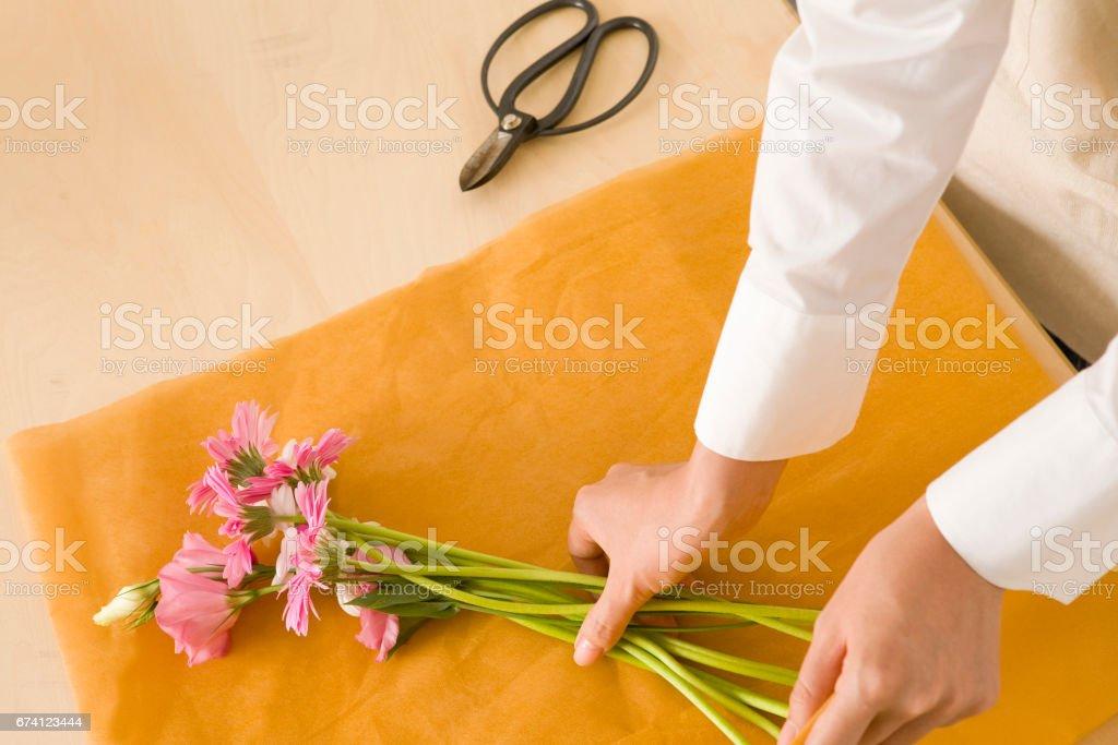 婦女製作花束 免版稅 stock photo