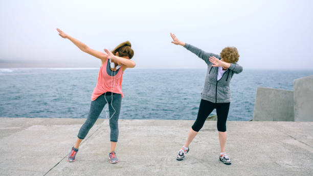 Frauen machen, Tupfen Sie tanzen im freien – Foto