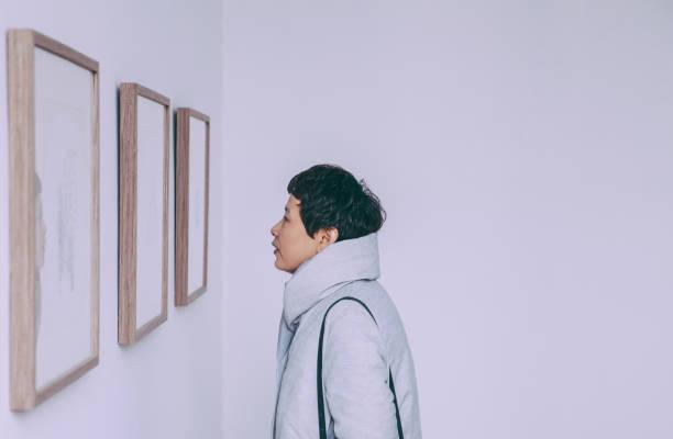 mujeres en fase de apertura - art gallery fotografías e imágenes de stock