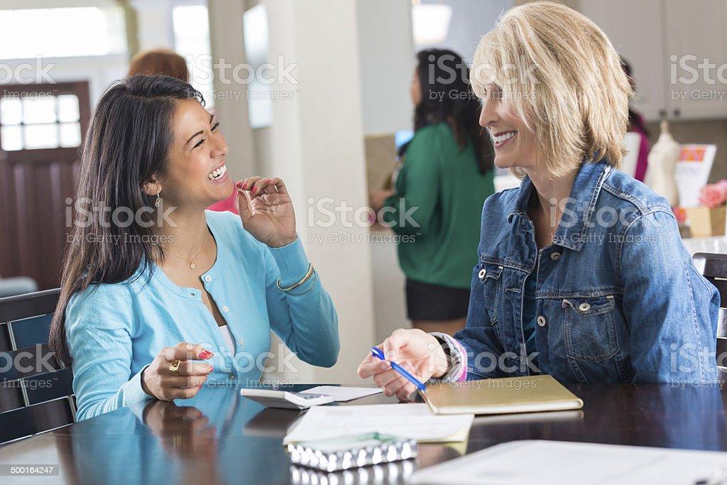Joyas en las mujeres de pedidos de venta directa de inicio - foto de stock