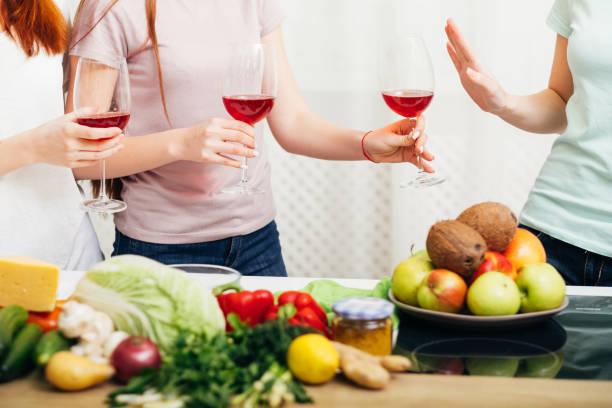 mujeres de un estilo de vida saludable el alcohol rechaza el vino - foto de stock