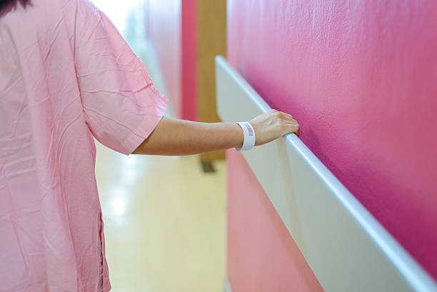 women patient hand holding to handrail in hospital – Foto