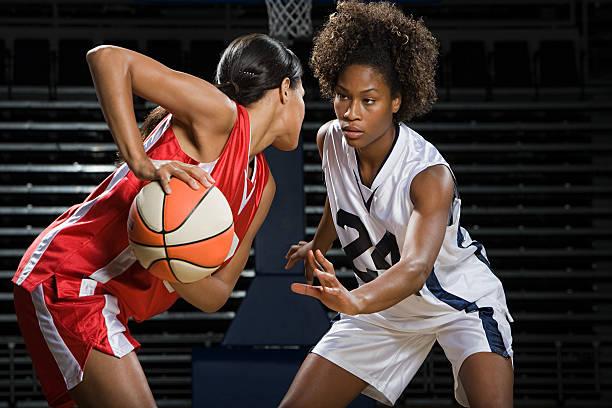 Frauen spielen basketball – Foto
